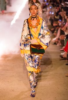 Gucci Resort 2019 Arles Fashion Show Collection: See the complete Gucci Resort 2019 Arles collection. Look 19 60s Fashion Trends, Fashion Week, Skirt Fashion, Runway Fashion, Trendy Fashion, Fashion Brands, High Fashion, Fashion Show, Womens Fashion