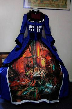 Doctor Who Tardis dress. Bigger on the inside. would never wear it though. Tardis Costume, Tardis Cosplay, Tardis Dress, Doctor Who Cosplay, Doctor Who Dress, Doctor Who Tardis, Dr Who, Fashion Fantasy, Cosplay Costumes