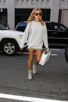C'è davvero poco da dire, Hailey ha un attitude super cool anche con un micro abito felpato bianco. Perfetta la scelta dei polacchini stringati rigorosamente flat.