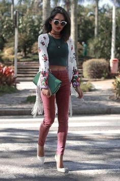 Street Style: 26 Ways to Style a Kimono for Spring - white fringed kimono with floral print, worn with a hunter green crop top, cat eye sunglasses, rose colored skinny jeans, and white pointy toe pumps. Look Fashion, Spring Fashion, Autumn Fashion, Womens Fashion, Fashion Trends, Fashion 2018, Fashion Outfits, Street Fashion, Outfits For Teens