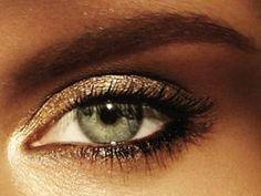 maquillage sur yeux bleu-vert