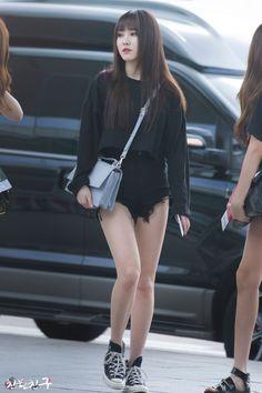 Yuju Black Shorts Fashion, Fashion Outfits, Black Outfits, Kpop Fashion, South Korean Women, Gfriend Yuju, G Friend, Korean Street Fashion, Beautiful Asian Girls