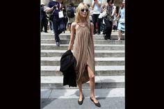 [PARÍS] Aires griegos en este vestido con pliegues color visón. Foto:Agustina Garay Schang
