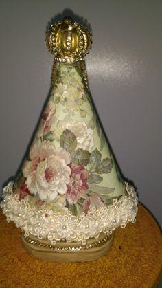 N.Sra.Aperecida Altar, Decorative Bells, Diy And Crafts, Scrap, Vase, Plaster Crafts, Craft Ideas, Decorated Boxes, Decorated Bottles