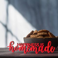"""Der 3D Schriftzug """"Happiness is homemade"""" – ein ganz individuelles Geschenk für einen besonderen Menschen in Deinem Leben, ein persönliches Dekorationsstatement oder einfach ein schöner Spruch. Happiness Is Homemade, Wood Letters, Wooden Signs, Decorative Items, Unique Gifts, 3d, Happy, Garden, Duck Tape"""