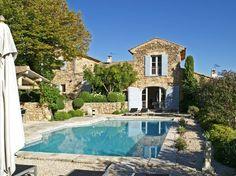 Au cœur du Luberon, à proximité immédiate des villages perchés, hameau restauré avec 3 maisons et 3 piscines.