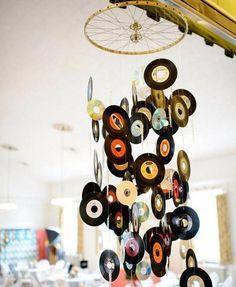 Você já pensou em dar uma nova vida aos discos de vinil que já não funcionam e usá-los como decoração? #decoração #diy #casa #artesanato #discosvinil