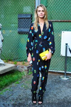 Pin for Later: When in Maui, Emma Roberts Does as the Hawaiians Do Cara Delevingne Cara Delevingne at the Stella McCartney Spring presentation. World Of Fashion, Fashion News, Fashion Models, High Fashion, French Fashion, Celebrity Red Carpet, Celebrity Style, Cara Delevingne Style, Jumpsuit Pattern
