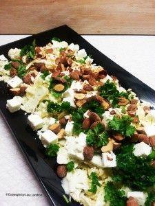 blomkålshoved 75 g. græsk fetaost 50 g.saltmandler 3 spk. oliven el. rapsolie 1 spk. honning 1 tsk. hvid balsamicoeddike Salt og peber  Desuden Kruspersille til pynt