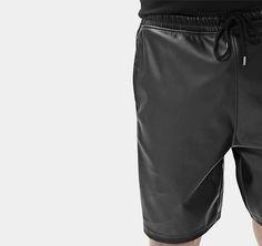Shorts mit beschichteter Oberfläche. Hier entdecken und shoppen: http://sturbock.me/8wG