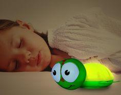 BabyZoo Nachtlampje met Timer Schildpadje, Dit schattige nachtlampje leert kinderen om zelf in slaap te vallen Dit schattige schildpadje nachtlampje van BabyZoo heeft enkele zeer simpele functionaliteiten: Hij werkt op batterijen en wordt niet warm, zodat hij meegenomen kan worden in bed. De timerfunctie zorgt ervoor dat het nachtlampje automatisch na 10-20 of 30 minuten uitschakelt. Tevens heeft Gus een knopje om de lichtintensiteit te bepalen, low of high