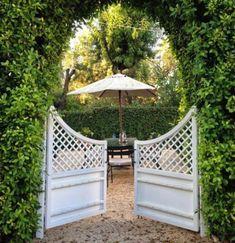 Pretty white garden dates in a chic green hedge - classic and pretty