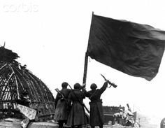 End of the war in Berlin 1945 - Soviet soldiers raise the red flag ontop of the Reichstag building in Berlin, 02 May 1945. Photo: Berliner Verlag / Archive - NO WIRE SERVICE