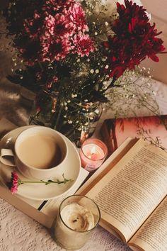 coffee and books Spring season flowers! Flat Lay Photography, Coffee Photography, Autumn Photography, Coffee And Books, I Love Coffee, Book Flowers, Book Wallpaper, Book Aesthetic, Aesthetic Coffee