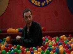 Sheldon Cooper nella piscina con le palline colorate