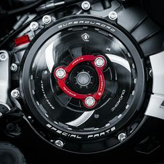 Clean clutch cover 😍😍 can you guess the bike? 😉 Double tap and tag a friend to see this! Ducati Superbike, Moto Ducati, Ducati Multistrada, Ducati Motorcycles, Ducati Monster 600, Ducati Monster Custom, Bike Gadgets, Motorcycle Equipment, Motorbike Design