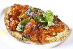 Tosta al pomodoro, olive e mozzarella #tapas #restaurante #cocinaitaliana #Madrid