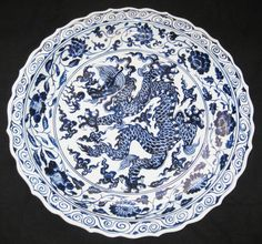 CHINESE DRAGON FIVE CLAWS PORCELAIN BLUE & WHITE HUGE PLATE, 19TH CENTURY.