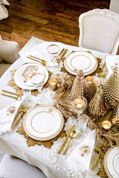 Elegant Gold Christmas Table Scape - tips to set an elegant Christmas table for your family - mercury glass Christmas tree centerpiece Gold Christmas Decorations, Gold Christmas Tree, Christmas Table Settings, Christmas Tablescapes, Elegant Christmas, Holiday Tables, Christmas Home, Christmas Holidays, Celebrating Christmas