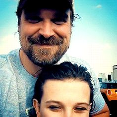 "David Harbour Source — Millie and David wearing their ""Hope"" t-shirts (x) Stranger Things Actors, Stranger Things Halloween, Stranger Things Netflix, Hopper Stranger Things, David Harbor, Adrien Y Marinette, Millie Bobby Brown, Celebs, Celebrities"