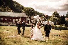 Låven i bakgrunnen har plass til 120 gjester! Bergen, Eid, Wedding Dresses, Fashion, Bride Gowns, Wedding Gowns, Moda, La Mode, Weding Dresses