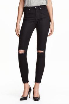 Черные джинсы с завышенной талией.