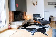 Living room with fire place and lounge chair - URBAN :: COZY :: DESIGN :: VIEW, Zurique, Cantão de Zurique, Suíça