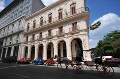 El Sloppy Joe's, uno de los bares más famosos de La Habana y refugio de turistas y estrellas de cine como Noël Coward, Frank Sinatra, John Wayne, Spencer Tracy o Clark Gable, volvió a abrir sus puertas en 2013, casi 50 años después de su cierre.