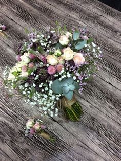 Ramo de novia silvestre con rosas spray. Arimany Estudi Floral
