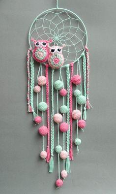 Crochet owls in a dream catcher. Ideal for a child& room. - Crochet owls in a dream catcher. Ideal for a child& room. Crochet Owls, Crochet Home, Crochet Crafts, Crochet Projects, Crochet Patterns, Crochet Animals, Free Crochet, Dreamcatcher Crochet, Dreamcatchers Diy