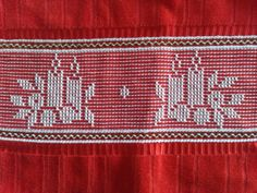 Toalla navidad Swedish Embroidery, Towel Embroidery, Applique Embroidery Designs, Embroidery Stitches, Cat Cross Stitches, Cross Stitching, Bordado Tipo Chicken Scratch, Swedish Weaving Patterns, Monks Cloth