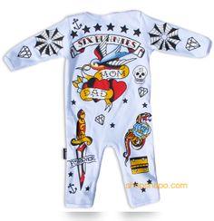 """Pijama modelo """"Old School"""" para bebe de la marca Six Bunnies -trasera- (KK 515). 100% de algodón de manga larga. Pijama blanco con estampado en parte delantera y trasera."""