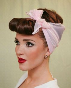 The Freckled Fox : Modern Pin-up Week: - Easy Faux Bangs. This site also has tons more pin-up and retro hairstyles Pin Up Hair, My Hair, Girl Hair, Pin Up Bangs, Cabello Pin Up, Looks Rockabilly, Rockabilly Girls, Rockabilly Artists, Housewife Costume