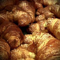 Ci sono mattine così... in cui la vita ti costringe a fare scelte improponibili..... #croissant #cioccolato o #marmellata ? ... e se decidessi di non scegliere ? #breakfast #food #instagood #foodporn