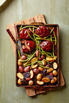 Meat loaf in individual portions, fingerling potatoes, and crunchy green beans all on one sheet pan? Count us in. Heart Healthy Recipes, Healthy Dinner Recipes, Healthy Menu, Healthy Heart, Paleo Dinner, Cheap Healthy Dinners, Easy Dinners, Beef Recipes, Cooking Recipes
