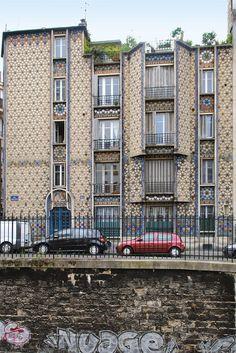 • Un discret et atypique immeuble à carreaux. Situé au 185 de la rue Belliard (Paris 18e), ce joli petit immeuble a été construit entre 1910 et 1913. Il ne comprend que trois appartements, et son architecte Henri Deneux s'était réservé le dernier!