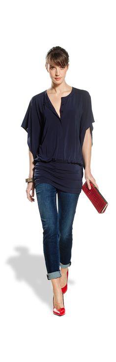 Claudia Strater. Een zwierige vrouwelijke blouse met strakke donkere jeans/broek