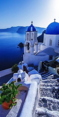 Gabriella's beautiful world: Santorini 'Only then did the watching crowd, previously silenced by nature's wonder, break into spontaneous applause, a fitting tribute to Santorini's beauty give to us, as a final curtain call, by the Greek Gods.' - John Powell http://bit.ly/2nJXUJJ Photographer: unknown to the author (Pinterest)