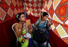 """Auftakeln vor dem Auftritt: Zwei Eunuchen, in Indien auch """"Hijras"""" genannt,..."""