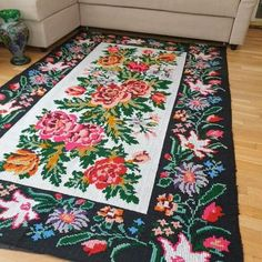 Weaving Loom Diy, Hand Weaving, Wool Carpet, Rugs On Carpet, Floral Rug, Floral Design, Hand Work Embroidery, Find Color, Traditional Decor