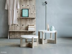 Prachtig vormgegeven moderne salontafel van steigerhout met strak wit gespoten blad. De salontafels genaamd C-2 zijn zowel los als als set te bestellen.