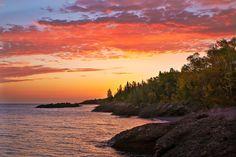 Amanhecer na Península Keweenaw, Copper Harbor, às margens do Lago Superior, estado do Michigan, USA.  Fotografia: DonJOlson.