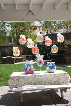 balloons decorated as easter eggs. - LOVE!!!