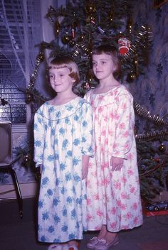 Oh, my, this makes me think of me and my younger sister, Jill - my mother always dressed us like this - same pattern, different color!