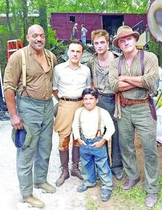 Robert Pattinsonn and castmates on Water for Elephants set