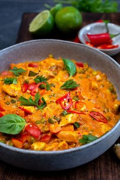 Thaise curry met kipfilet en doperwten - Mind Your Feed - Healthy Slow Cooker, Quick Healthy Meals, Healthy Crockpot Recipes, Curry Recipes, Asian Recipes, I Love Food, Good Food, Fast Food, Food Humor