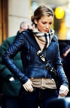 Blake Lively tenue de jour avec la veste en cuir
