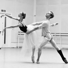 Can't wait for @iana_salenko to return to london for our last Giselle Performance at the @royaloperahouse next Saturday 19th March!! Day tickets will be available from the Box Office.... More info: www.roh.org.uk  Photo by @dancersdiary  #stevenmcrae #ianasalenko #royalballet #royaloperahouse #ballet #dance #giselle #pasdedeux #maledancer #ballerina #beauty #passion #instalike #fitspiration