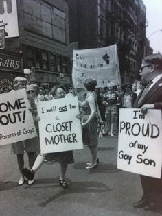 Historische Bilder Historische Bilder 1974 New York Pride: Parents Co . - Toby and guy - Party Lgbt History, Asian History, British History, History Facts, American History, Protest Signs, Protest Posters, Protest Art, Power To The People