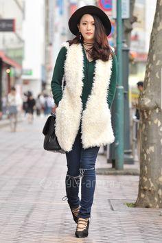 Yuna | AZUL by moussy  NO BRAND SPIRALGIRL EGOIST | 3rd week  Oct. 2016 | Shibuya | Tokyo Street Style | TOKYO STREET FASHION NEWS | style-arena.jp Japanese Streets, Japanese Street Fashion, Shibuya Tokyo, Tokyo Street Style, Street Snap, Fashion News, Fur Coat, Oct 2016, My Style